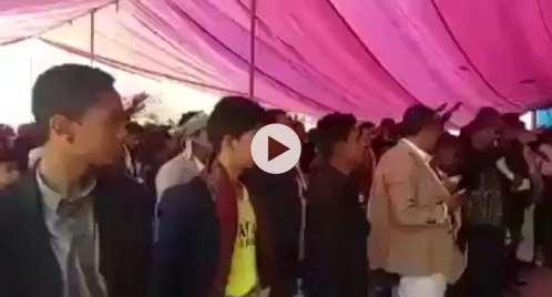 فيديو.. إمرأة حوثية تلقن موظفي جامعة إب قَسم الولاية للحوثي