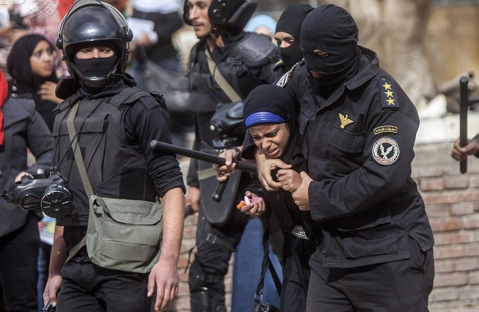 مصر.. اعتقال ٣ فتيات من أمام مكتبة الإسكندرية