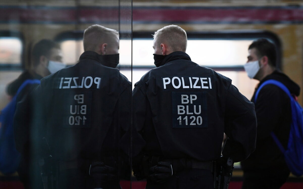 بالفيديو.. الشرطة الألمانية تعتدي على امرأة محجبة بطريقة مهينة ثم تتركها!